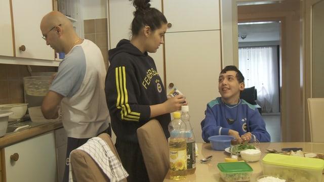 Die Familie Yilmaz am Esstisch