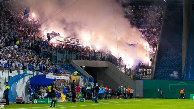 Hertha-Fans zündeten Pyros und schossen Feuerwerkskörper Richtung Heimblock und Spielfeld.