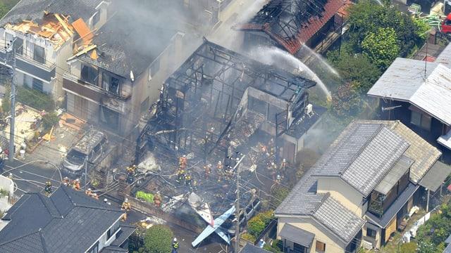 Rauchende Trümmer an Absturzstelle des Flugzeuges.