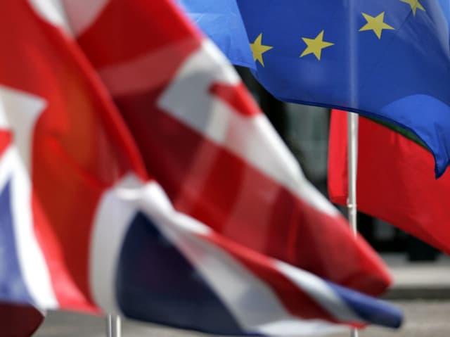Las bandieras da la Gronda Britannia e da l'Uniun europeica.