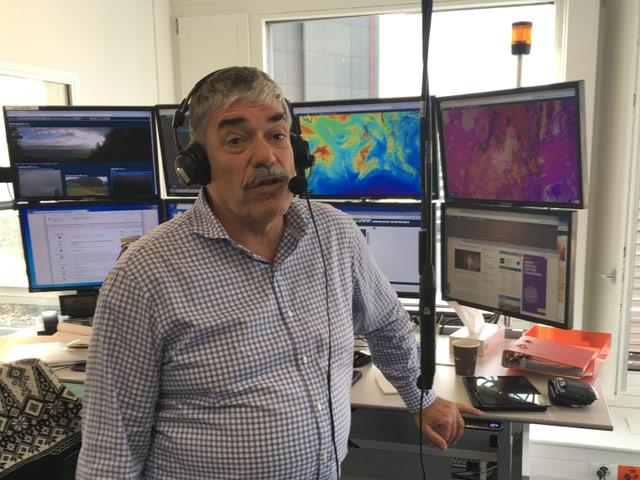 Felix Blumer vor seinem Arbeitsplatz mit Headset.
