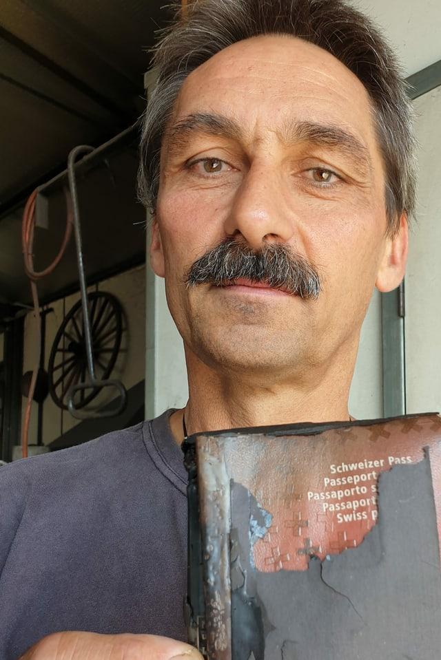 Auch Philippe Ravenels Pass wurde Opfer der Flammen.