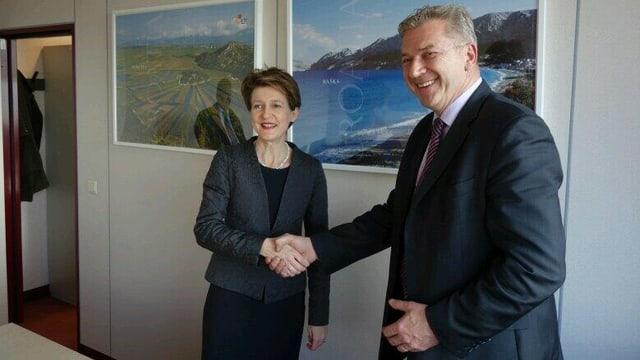 Bundesrätin Simonetta Sommaruga (links) und der kroatische Innenminister Ranko Ostojić schütteln die Hände