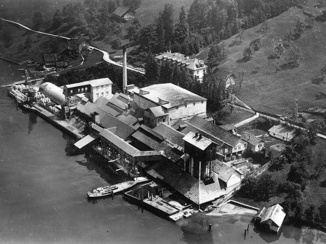 Die Zementfabrik von Buochs in einer Aufnahme um 1934.