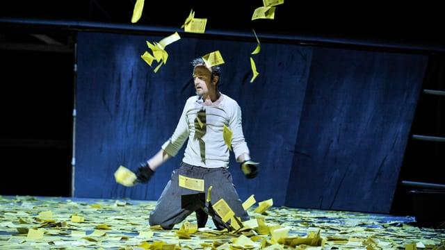 Schauspieler in Haufen wertlosen Geldes