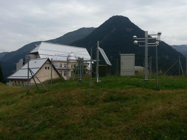 Ein Messstation im Vordergrund, in Hintergrund das Seehorn