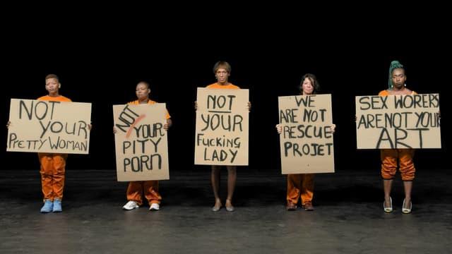 Sexarbeiterinnern halten Plakate mit Sprüchen hoch wie «Not your pretty woman».