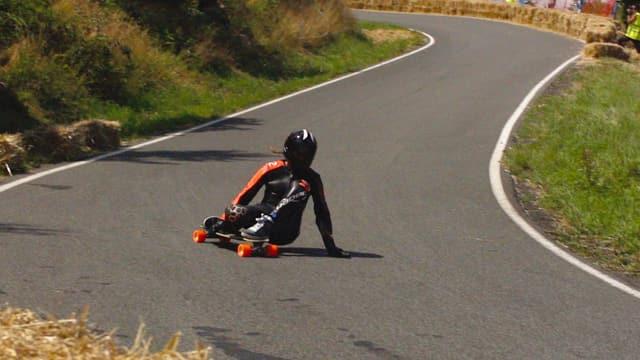 Video «Longboard in Tschechien: Mit 90 km/h über die Ziellinie» abspielen