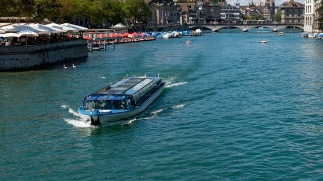 Ein Limmatschiff der Zürcher Schiffahrtsgesellschaft fährt auf der Limmat.