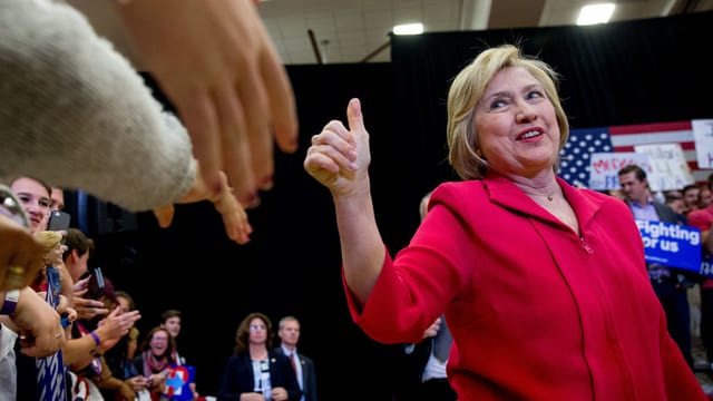 Hillary Clinton fat thumbs up ad ina occurrenza electorala.