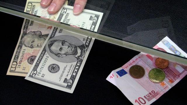 Dollar- und Euro-Noten.