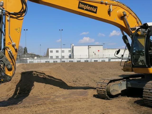Blick auf die Baustelle des neuen Gefängnisses, im Hintergrund sieht man das Ausschaffungsgefängnis.