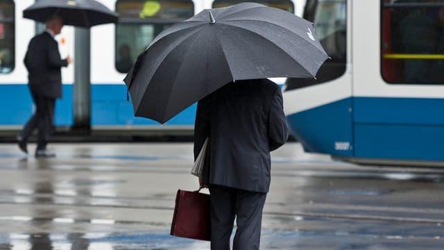 Ein Banker an der Zürcher Bahnhofstrasse