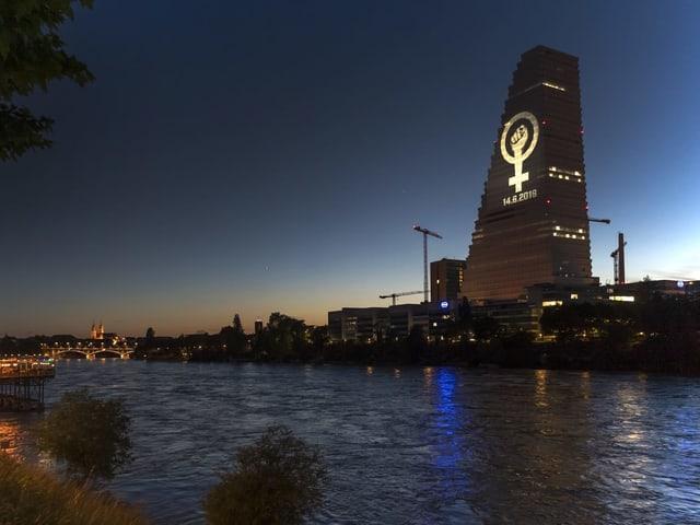 Frauenstreik: Die Gewerkschaft UNIA projiziert das Frauenstreiksymbol auf den Roche-Turm