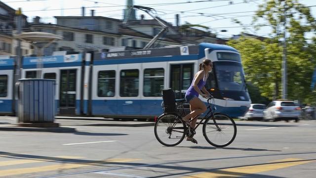 Velosipedista dasperas d'in tram a Turitg.