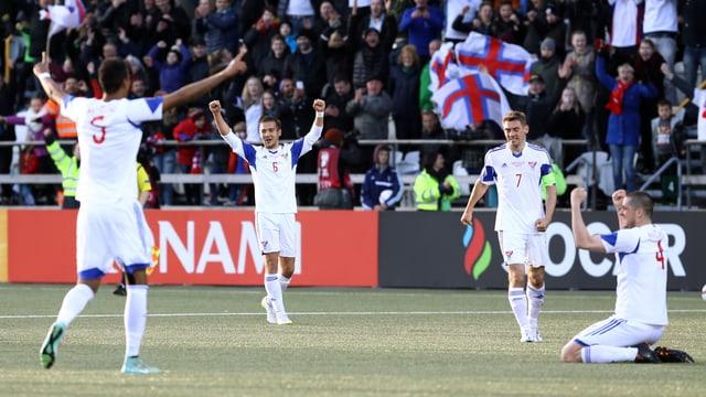 Die färöischen Spieler bejubeln den Sieg gegen Griechenland.