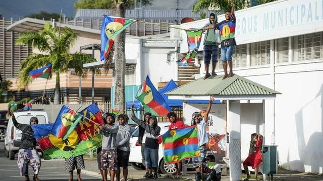 Fahnen-schwenkende junge Bürger von Neukaledonien