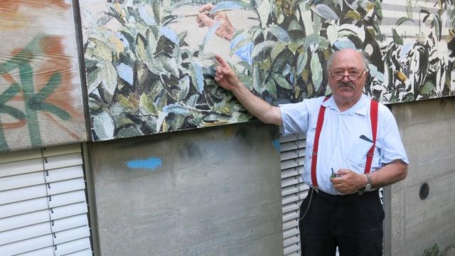 Guido Nussbaum steht vor seinem Kunstwerk