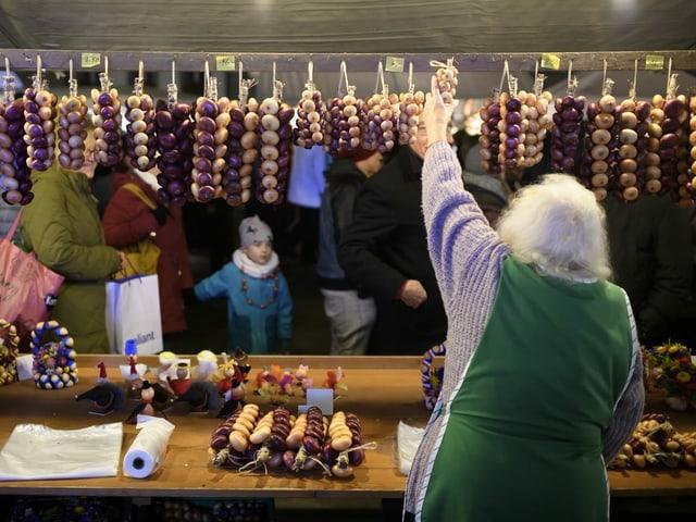 Verkäuferin an einem Marktstand