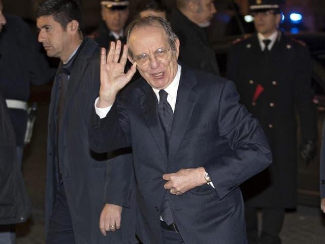 Pier Carlo Padoan winkt.