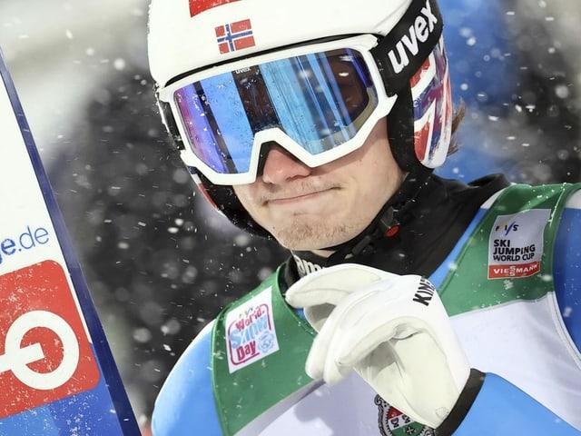 Nahaufnahme von Marius Lindvik mit Helm.