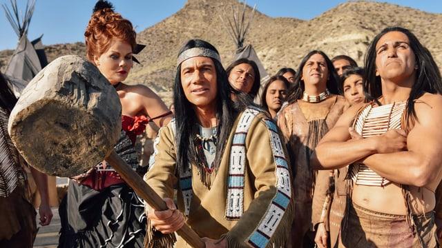 Bully als Winnetou, in der Hand ein riesiger Holzhammer, umgeben von anderen Indianern und einer Frau
