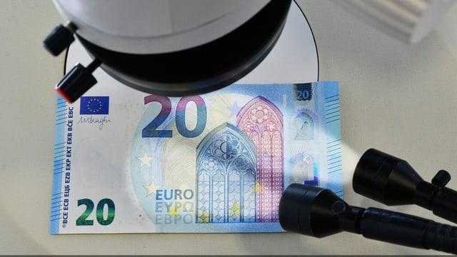 Untersuchung eines 20 Euro-Schein unter einem Mikroskop