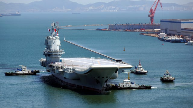 Kriegsschiff im Meer