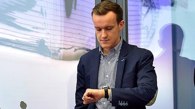 JFS-Präsident Maurus Zeier schaut auf seine Uhr.