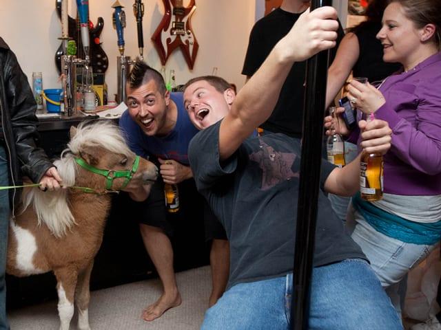 Party auf der die Post abgeht und ein Pony dabei ist.