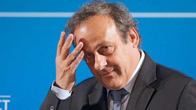 Michel Platini kratzt sich an der Stirn