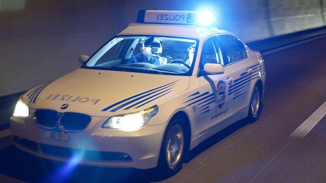 Polizeistreife im Einsatz mit Blaulicht
