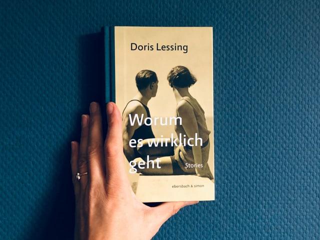 «Worum es wirklich geht» von Doris Lessing vor einer blauen Tapetenwand
