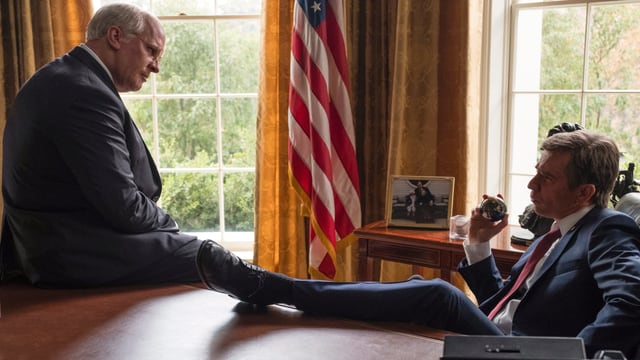 Dick Cheney (Christian Bale) diskutiert mit George W. Bush (Sam Rockwell) im Oval Office.