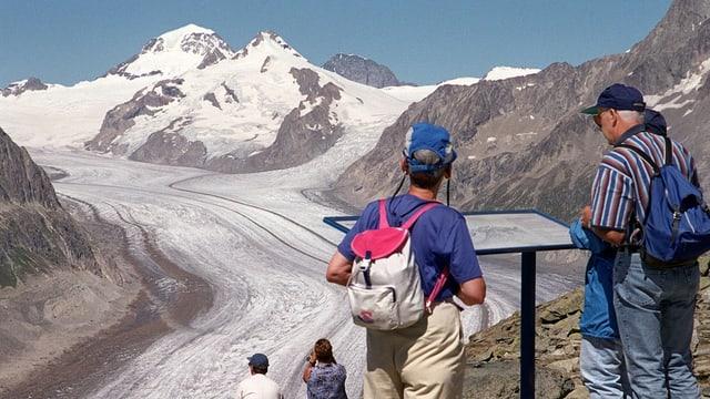 Touristen vor der Bergkulisse.