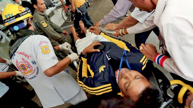 Ein verletzter regierungsgegner wird von Sanitätern versorgt. In einem Protestlager sind zwei Sprengkörper detoniert. Es flielen auch Schüsse. (keystone)Die