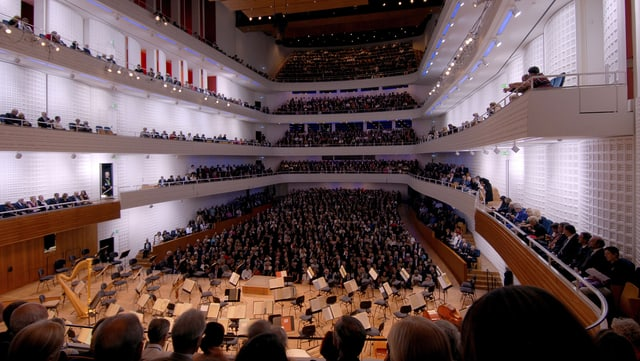 Totale des gefüllten Konzertsaals des KKL in Luzern.