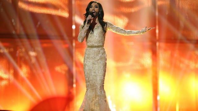 Conchita singt auf der Bühne und in langem Kleid