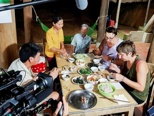 Kamera filmt Menschen beim Essen.