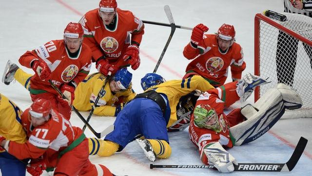 Die Weissrussen wehren sich mit Händen und Füssen gegen die Schweden.