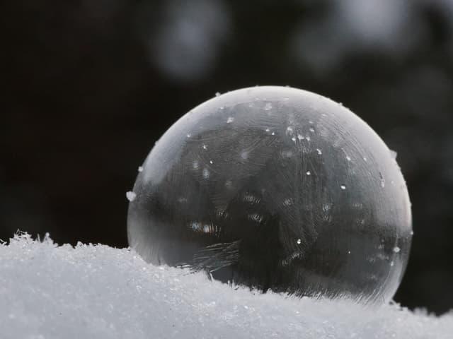 Eine zweite gefrorene Seifenblasenkugel. Bei dieser Version mit dunklem Hintergrund.
