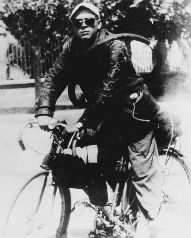 Der junge Che Guevara auf einem Fahrrad.