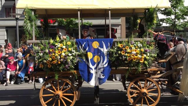 Wagen mit Blumen und wappen beschmückt
