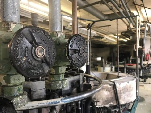 Historische Maschinen, die zur Herstellung von Glühlampen diente.