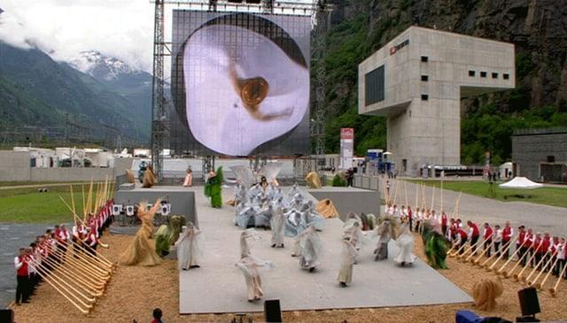Tanzende Wesen, Scheiben und Räder: in Hesses Gotthard-Inszenierung dreht sich allerlei um die eigene Achse.
