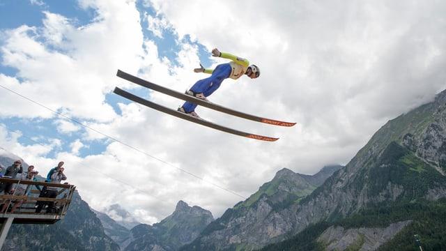 Skispringer in der Luft.