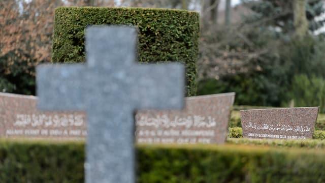 Ein Grabstein mit arabischer Schrift.