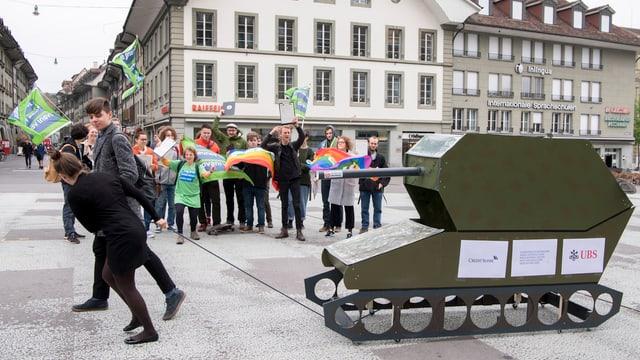 Ina demonstraziun cunter fatschentas cun material da guerra, il 2017.