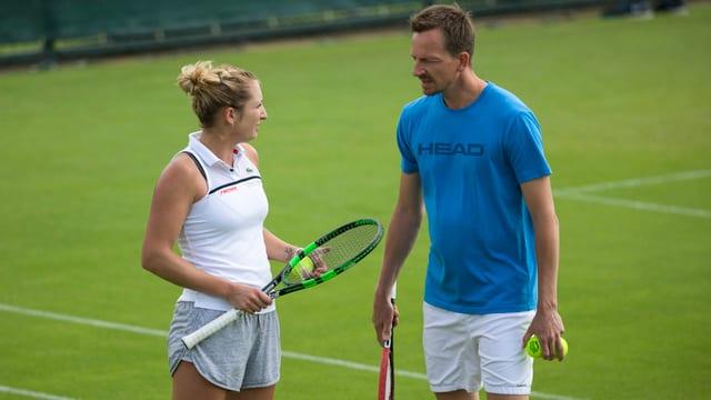 Timea Bacsinszky mit Trainer Dimitri Zavialoff auf dem Court.