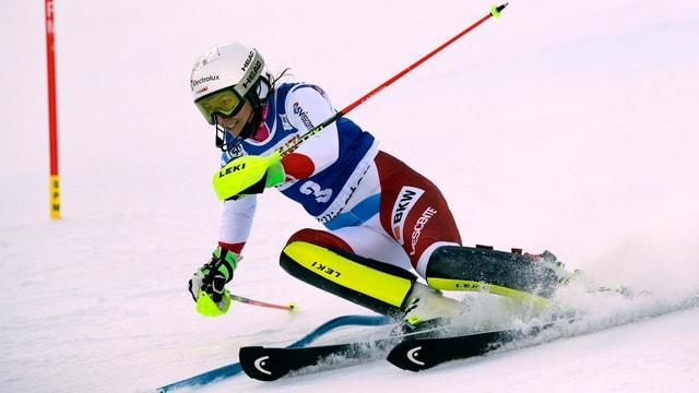 Skiunza da slalom en acziun sin pista.